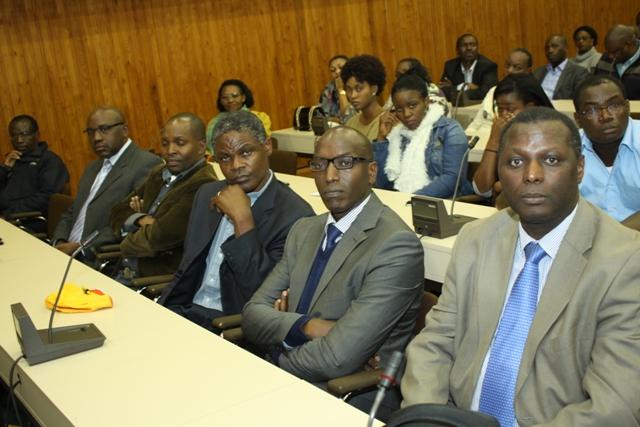 Les repséntants des autres formations politiques invités dans le meeting. De gauche à adroite J.B. Ryumugabe du PS-Imberakuri, J.D. Munyampeta du PDP-Imanzi, Twagiramungu de RDI-Rwanda Rwiza, Micombero de RNC et J. Ngarambe de PDR-Ihumure