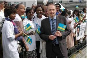 Alain Destexhe, avec un drapeau rwandais,  prêt à acceillir Paul Kagame
