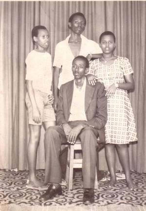 Nyetera et le général Kazura (derrière lui) encore enfant