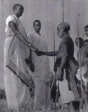 Rudahigwa avec un chef des Batwa, avec le danseur Butera