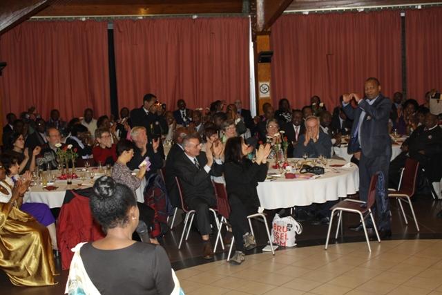La salle applaudissant Lin Muyizere, mari de Victoire Ingabire pour son abnégation et sa patience