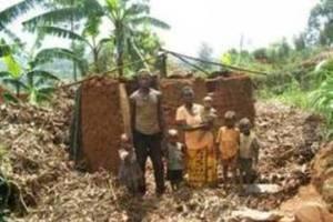 Une famille devant sa maison détruite/photo igitondo.com 2011